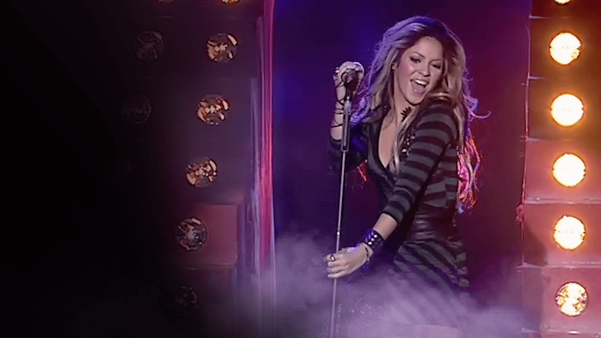 Shakira Performs Objection At The World Music Awards